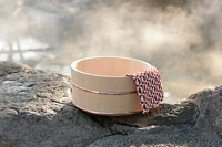 温泉と木の桶 11000018199| 写真素材・ストックフォト・画像・イラスト素材|アマナイメージズ