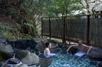露天風呂に入る夫婦