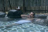 露天風呂に入る男性