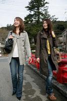 町を歩く女性二人