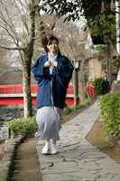 浴衣で町を歩く女性