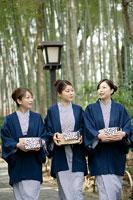 桶を持つ浴衣姿の女性達