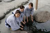 温泉に手を付ける女性達