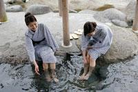 足湯に入る女性