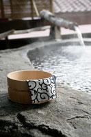 温泉と桶 11000018554| 写真素材・ストックフォト・画像・イラスト素材|アマナイメージズ