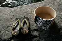 温泉と桶 11000018557| 写真素材・ストックフォト・画像・イラスト素材|アマナイメージズ