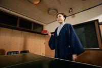 卓球をする女性