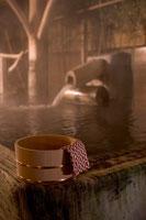 温泉と桶 11000018683| 写真素材・ストックフォト・画像・イラスト素材|アマナイメージズ