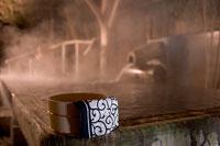 温泉と桶 11000018686| 写真素材・ストックフォト・画像・イラスト素材|アマナイメージズ