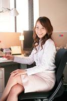 椅子に座るビジネスウーマン 11000018699  写真素材・ストックフォト・画像・イラスト素材 アマナイメージズ