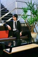 ソファーに座るビジネスマン