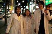 夜の街を歩くビジネスマンとビジネスウーマン 11000018834  写真素材・ストックフォト・画像・イラスト素材 アマナイメージズ