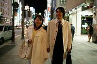 夜の街を歩くビジネスカップル 11000018844  写真素材・ストックフォト・画像・イラスト素材 アマナイメージズ