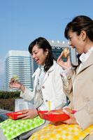 ランチを食べる二人のビジネスウーマン 11000018982  写真素材・ストックフォト・画像・イラスト素材 アマナイメージズ