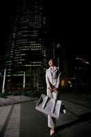 夜のオフィス街を歩くビジネスウーマン 11000019027| 写真素材・ストックフォト・画像・イラスト素材|アマナイメージズ