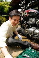 バイクいじりをする男性