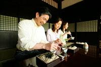 そばを食べる家族 11000019142| 写真素材・ストックフォト・画像・イラスト素材|アマナイメージズ