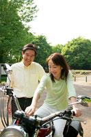 バイクいじりをする父と娘