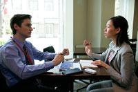 会話をするビジネスマンとビジネスウーマン 11000020040| 写真素材・ストックフォト・画像・イラスト素材|アマナイメージズ