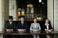並んで座るビジネスマンとビジネスウーマン 11000020091  写真素材・ストックフォト・画像・イラスト素材 アマナイメージズ