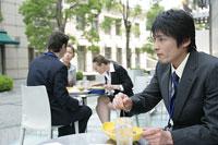 ランチを食べるビジネスマンとビジネスウーマン
