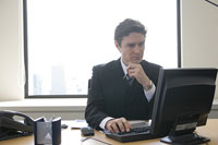 パソコンを使うビジネスマン 11000020143| 写真素材・ストックフォト・画像・イラスト素材|アマナイメージズ