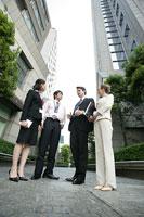 外で会話をするビジネスマンとビジネスウーマン 11000020180  写真素材・ストックフォト・画像・イラスト素材 アマナイメージズ