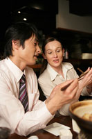 お箸の持ち方を教わる外国人ビジネスウーマン