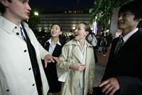 夜の街中のビジネスマンとビジネスウーマン 11000020214| 写真素材・ストックフォト・画像・イラスト素材|アマナイメージズ