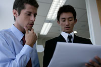 書類を見る二人のビジネスマン