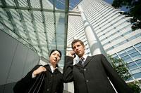 携帯電話で話すビジネスマンとビジネスウーマン 11000020316  写真素材・ストックフォト・画像・イラスト素材 アマナイメージズ