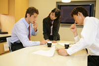 打ち合わせをするビジネスマンとビジネスウーマン 11000020349| 写真素材・ストックフォト・画像・イラスト素材|アマナイメージズ