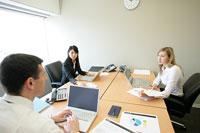 会話をするビジネスマンとビジネスウーマン 11000020386| 写真素材・ストックフォト・画像・イラスト素材|アマナイメージズ