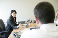 会話をするビジネスマンとビジネスウーマン 11000020387| 写真素材・ストックフォト・画像・イラスト素材|アマナイメージズ