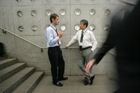 会話をする二人のビジネスマン