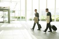 スーツケースを持って歩く二人のビジネスマン 11000020509  写真素材・ストックフォト・画像・イラスト素材 アマナイメージズ