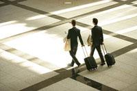 スーツケースを持って歩く二人のビジネスマン 11000020511  写真素材・ストックフォト・画像・イラスト素材 アマナイメージズ