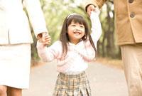 手をつないだ女の子 11000042761| 写真素材・ストックフォト・画像・イラスト素材|アマナイメージズ
