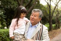 孫を抱っこしている祖父