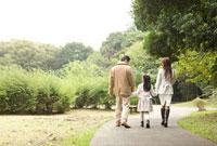 散歩する家族の後姿