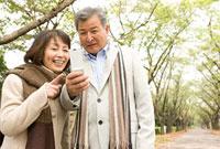 携帯を見る老夫婦