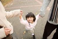 手をつないだ女の子 11000042780| 写真素材・ストックフォト・画像・イラスト素材|アマナイメージズ
