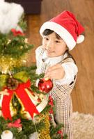 クリスマスツリーの飾り付けをする女の子