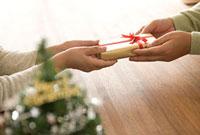 クリスマスプレゼントを渡す手