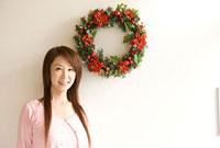 クリスマスリースと女性 11000042814| 写真素材・ストックフォト・画像・イラスト素材|アマナイメージズ