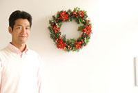 クリスマスリースと男性