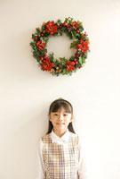クリスマスリースと女の子 11000042816| 写真素材・ストックフォト・画像・イラスト素材|アマナイメージズ