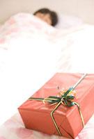 寝ている子供とプレゼント 11000042822| 写真素材・ストックフォト・画像・イラスト素材|アマナイメージズ