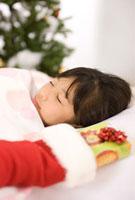 寝ている子供とクリスマスプレゼント