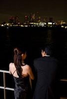 夜景を眺めるカップルの後姿